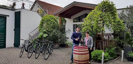Eva Maria und Josef Bauer mit den E-Bikes und einem Roten Veltliner Wagram Terrassen